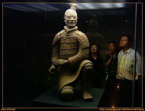 Guerrero de terracota expuesto en el museo. Xian.